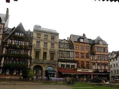 ジャンヌダルク教会を囲むVieux Marche広場の家並みdownsize
