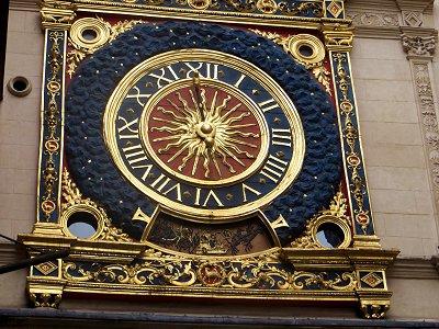近寄って大時計を見上げると装飾が華麗ですdownsize