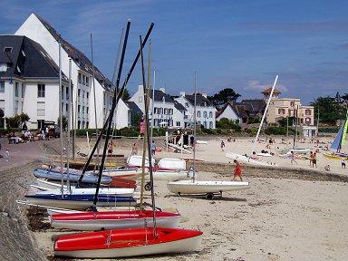 キブロン かわいいヨットが並ぶ小さな浜辺downsize