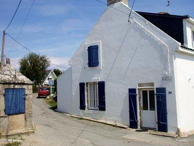 キブロン 壁の白と窓のブルーのコントラストが鮮やかdownsize