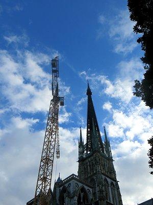 クレーンと競い合うように青空に背伸びする尖塔downsize