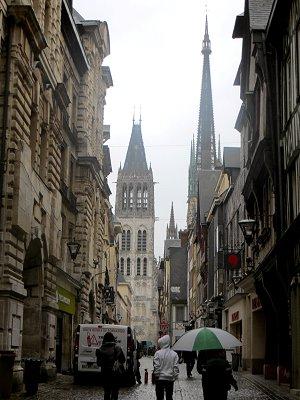 小雨の大時計通りから大聖堂を垣間見るdownsize