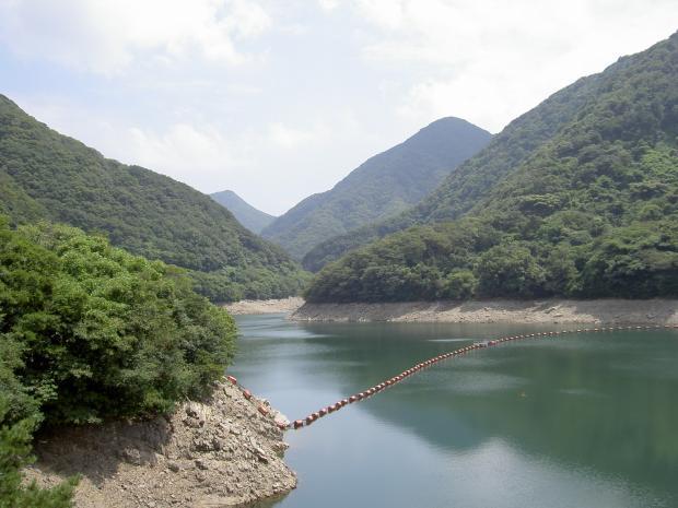 鮎屋ダムから淡路島南部の山地の方を見る