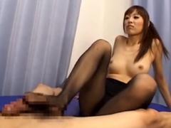 堀口奈津美がM男に蒸れたパンスト足を舐めさせ顔を踏みつけ足コキチンポ責め!