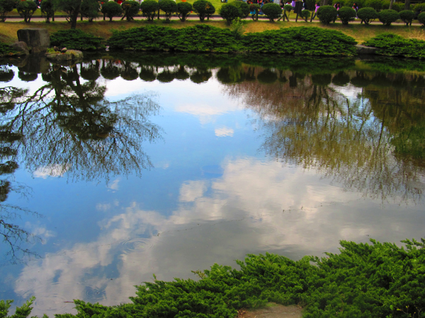 水面に映る雲