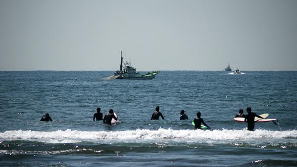 サーファーが海へ2