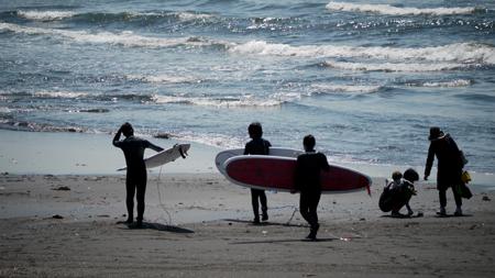 サーファーが海へ。