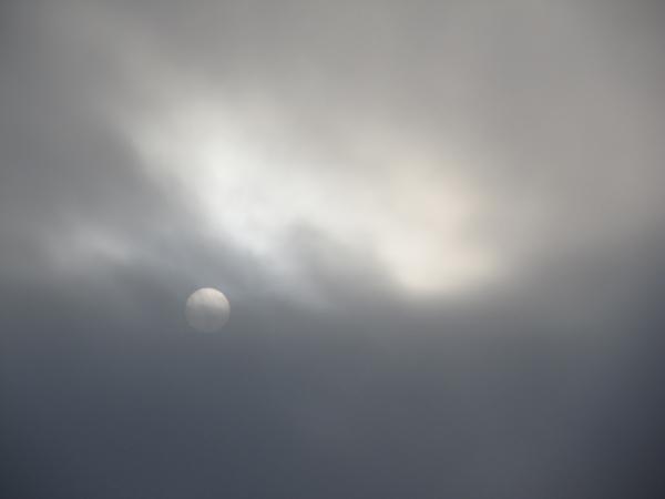 雲にかくれそうな太陽