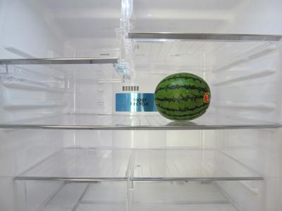 新しい冷蔵庫にすいかが。