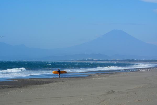 富士山と黄色いボードのサーファー