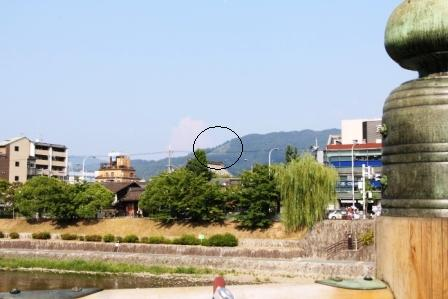 東山如意ケ嶽の大文字 三条大橋から_H25.08.16撮影