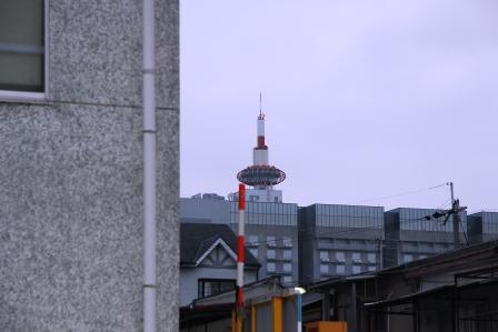 京都駅南側路地から見えた京都タワー_H25.08.17撮影