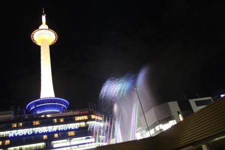 京都タワーと音楽噴水_H25.10.12撮影