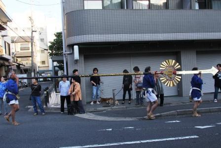 剣鉾を運ぶ_H25.10.13撮影
