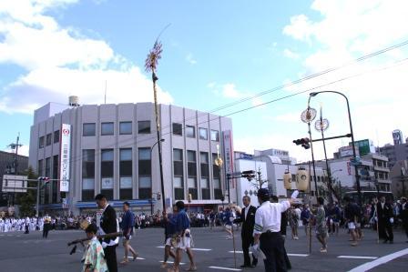 交差点での剣鉾差し_H25.10.13撮影