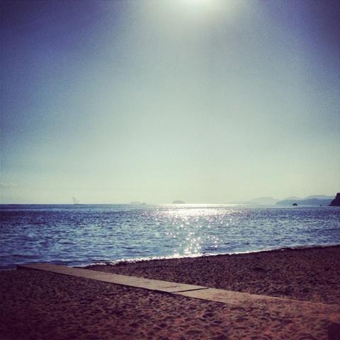 海水浴場 ビキニ 波打ち際 画像