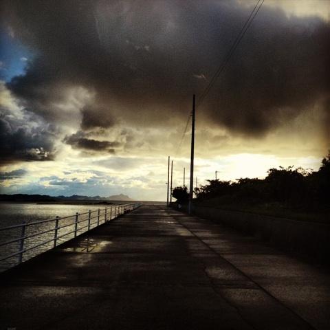 海岸沿い 雨上がり 美麗 画像