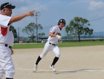 P7140035三塁ベースを回る田中選手