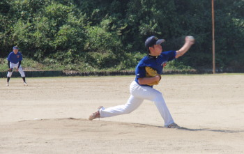 P9230035岩崎投手後方は久し振りに三塁打を放った古田選手
