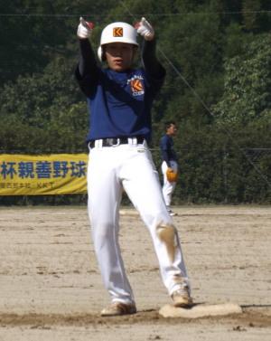 DSCF3331左越え二塁打を放ちガッツポーズの岩崎選手