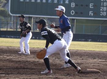 DSCF3390福山一塁手と津田た二塁手 一塁走者は炭焼きよたの古田選手