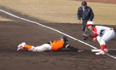 2012-02-08 003 けんせいにベースへ飛び込む山田選手