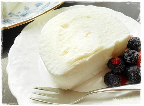 20130426白いロールケーキ切って