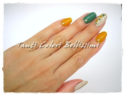 緑と黄色で秋のエスニックネイル