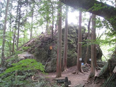 天狗岩、鎖につかまりながら登る事も可能