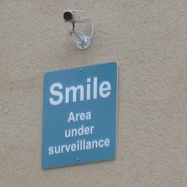 ここにカメラがありますので笑ってください。