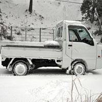 雪道を走る軽トラック