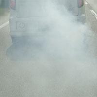 白煙を出しながら走行する車