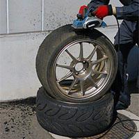 タイヤを修理する人