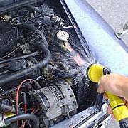 エンジンに水を掛けて冷やす