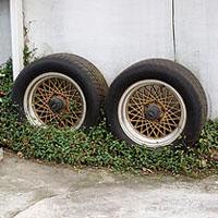 外に置かれたタイヤ
