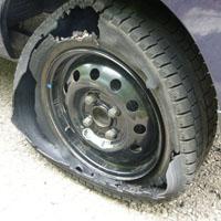 バーストしたタイヤ