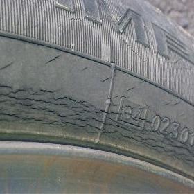 タイヤひび割れ