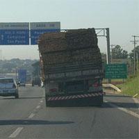 偏荷重の積み方をするトラック
