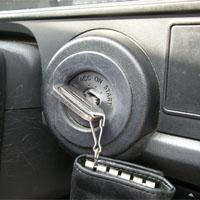 車のエンジンキー