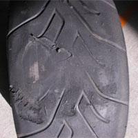 フラットスポットで削れたタイヤ
