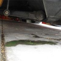 車から漏れた冷却水
