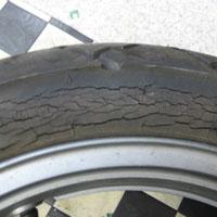 オゾンクラックで割れたタイヤ
