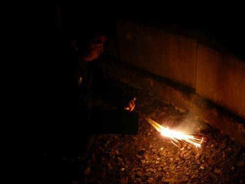 少々寒いけどキャンプと言えば花火です。