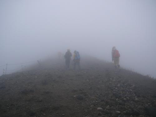 山頂直下は強風です。