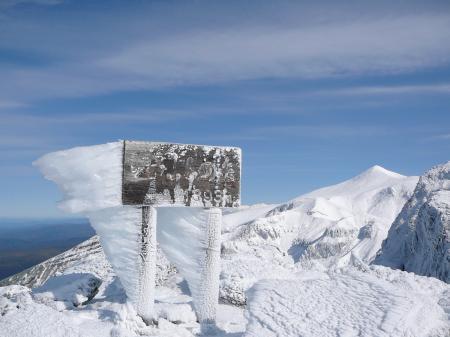 山頂標識には超特大のエビの尻尾が…