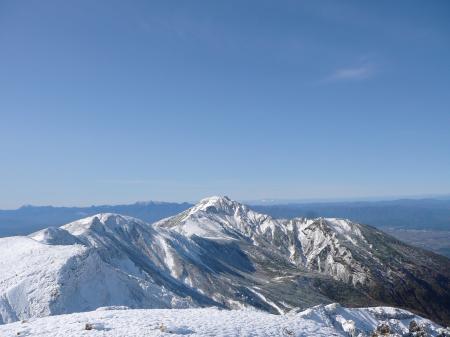手前、上富良野岳から富良野岳へ続く稜線、いいなぁ^^