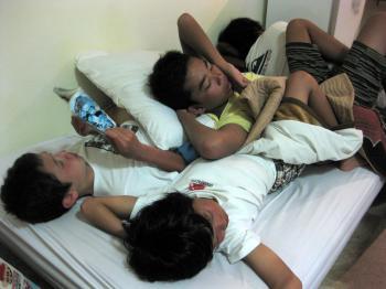 やっぱりバリでもくっついて寝とる3人