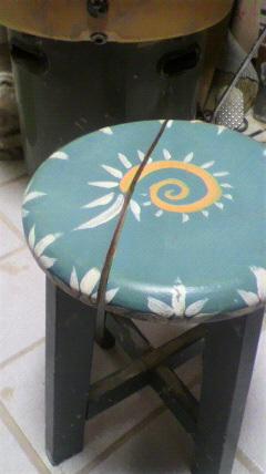 壊れた椅子