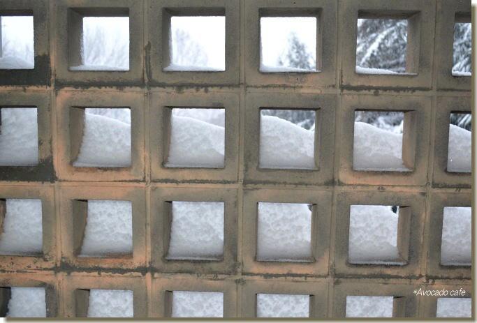 ブロックの穴を埋めた雪