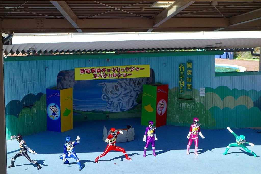 日本モンキーパークで、キョウリュウジャーショー